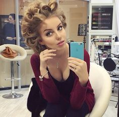 CX Curled Hairstyles, Cool Hairstyles, Hair Curlers Rollers, Makeup Makeover, Hair Setting, Roller Set, Pin Curls, Natural Women, Pretty Makeup