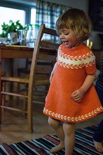 Ravelry: Snøløvkjole / Winter buds dress pattern by Marianne J. Crochet Baby Poncho, Girls Knitted Dress, Knit Baby Dress, Diy Crafts Knitting, Knitting For Kids, Crochet For Kids, Easy Sweater Knitting Patterns, Crochet Poncho Patterns, Sweater Design