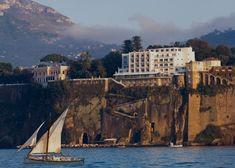 Benvenuti al Parco dei Principi, il lussuoso hotel firmato da Gio Ponti che domina la scogliera di Sorrento.