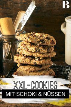 Große Schoko-Cookies. Kekse auf Amerikanisch im typischen Maxi-Format - und das ist auch gut so, denn so haben Schoki und Nüsse ausreichend Platz darauf. #backen #kekse #cookies #schokolade Tricks, Baking, Breakfast, Desserts, Food, Biscuits, Chocolate, Kuchen, Oven