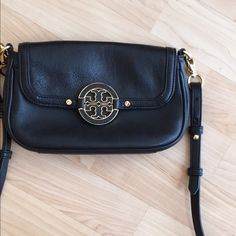 Tory Burch Amanda small cross body purse bag. Tory Burch Amanda small cross body purse bag. Size 7x4.5, has 3 credit card pockets inside, gold accents.  Magnetic closure.  Great condition, barely used. No trades!! Tory Burch Bags Shoulder Bags