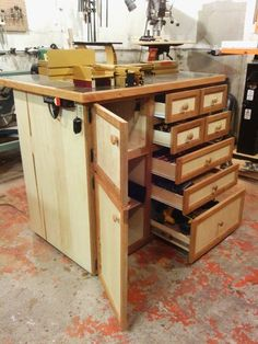 the ultimate router table is finally done Woodworking Tools For Beginners, Woodworking Shows, Woodworking Plans, Woodworking Projects, Woodworking Supplies, Diy Router, Router Jig, Workshop Storage, Tool Storage