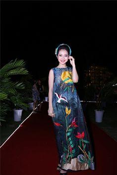 Jennifer Phạm diện váy yếmvới họa tiết tranh dân gian Đông Hồ của nhà thiết kế Thủy Nguyễn.
