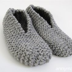 These slippers are thick and warm. This project is so fast and easy-to-do using two yarn strands. I knitted a pair of comfortable slippers with rustic wool yarn for great durability and warmth… Knitting Socks, Knitting Stitches, Knitting Patterns Free, Free Knitting, Free Pattern, Knitted Slippers, Crochet Slippers, Knit Or Crochet, Felted Slippers Pattern