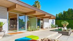 The Leff/Florsheim House, at 362 W. Via Sol, Palm Springs Timber Architecture, Farmhouse Architecture, Architecture Design, Vintage Architecture, Palm Springs Mid Century Modern, Palm Springs Style, Florida Design, Modern Pools, Desert Homes