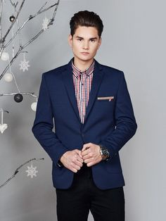 Very stylish set from the Bolf collection in toned colours. The black chinos and the navy blue blazer make a fine duet. The look is juiced up by the casual shirt in a red and navy blue checkered pattern.