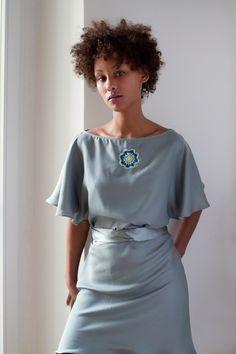 Dieses Kleid schafft sich unwiderstehlich Präsenz im Raum. Sie fällt weich auf Hals und Schultern und wird um die Taille gewickelt. Die fein ausgea...