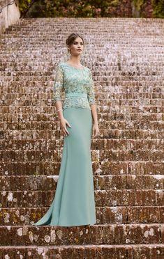Elegante vestido de madrina de corte sirena y manga francesa, en micado y encaje al tono con detalles en lurex.