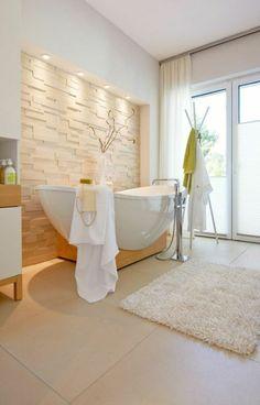 salle de bain zen couleur taupe, tapis beige et grande fenêtre avec vue dans la salle de bain