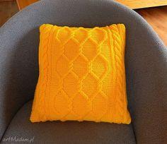 Włóczkowa żółta poduszka w sploty warkoczowe. $43