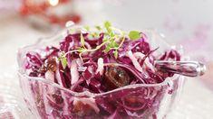 Mehevä punakaalisalaatti sopii talviseen aikaan. Kokeile taateleilla tai rusinoilla maustettua salaattia niin juhlapöydässä kuin arkenakin. Cabbage, Salads, Food, Drink, Finland, Beverage, Eten, Salad, Cabbages