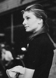 Audrey Hepburn photographed on the set of Breakfast at Tiffany's- De m.vk.com