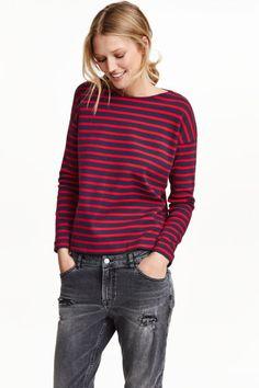 Maglia in cotone a righe: Maglia in pesante jersey di cotone a righe. Linea dritta, spalle dal taglio abbassato e maniche lunghe. Scollo dalla linea ampia.