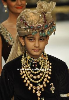 The royal Indian attire. Royal Indian, Indian Man, Traditional Indian Jewellery, Indian Jewelry, Indian Groom Wear, Indian Attire, Bridal Jewelry, Gold Jewelry, Diamond Jewellery