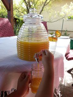 Csapolás a méhkas italadagolóból Alcoholic Drinks, Wine, Glass, Food, Drinkware, Corning Glass, Essen, Liquor Drinks, Meals