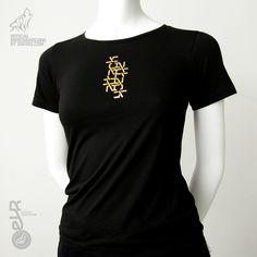 """Camiseta Black Attack woman. EVR    Camiseta de alta calidad, 100% algodón, punto tubular, cuello canalé, doble pespunte y tapa costuras en el mismo material.    Prenda negra serigrafiada en el centro del pecho con la gráfica ATTACK en color oro. En la parte central de la espalda composición de icono de lobo, seguido de ATTACK y energy drink en color blanco.    Disponible en las tallas """"S"""", """"M"""" y """"L"""" de corte entallado, siendo la talla """"L"""" la más común."""