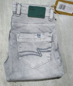 Ice blue was past, now ice grey is the future of denim industry Raw Denim, Denim Jeans, Elastic Jeans, Urban Fashion, Mens Fashion, Printed Denim, Fashion Essentials, Jeans Style, Trousers
