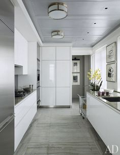 Smith paired gleaming white cabinets with pietra serena sandstone floors. A pair of drawings by Willem de Kooning complement the muted tones of the light-filled space. Bulthaup Kitchen, Cocinas Kitchen, Architectural Digest, Kitchen Interior, Kitchen Decor, Kitchen Layout, Design Kitchen, Kitchen Ideas, Layout Design