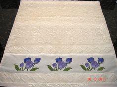 Ponto cruz tulipas em toalha de rosto