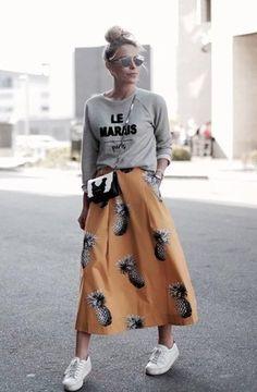 Grauer bedruckter Pullover mit Rundhalsausschnitt, Orange bedruckter Ausgestellter Rock, Weiße Niedrige Sneakers, Schwarze und weiße Leder Umhängetasche für Damen