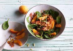 Lecker und Low Carb: Unser Spinat-Salat mit Aprikosen und gebratenem Speck.
