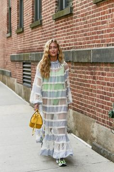 The Best Street Style Of New York Fashion Week nyfw street style Urban Street Style, Best Street Style, Street Style Outfits, New York Street Style, Nyfw Street Style, Street Style Trends, Spring Street Style, Street Style Looks, Fashion Outfits