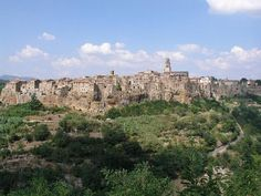 Orase italiene de vizitat toamna!   | Asezarea Pitigliano vazuta din departare