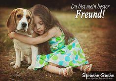 Kleines Mädchen klmmert sich an ihren Hund als Freundschaftsspruch
