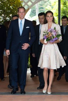 Diamond Jubilee: William and Kate in Singapore: The Duchess was pink kimono-style dress by Jenny Packham was adorned with orchid patterns Princess Kate, Princess Charlotte, Looks Kate Middleton, Kate Middleton Pictures, Middleton Family, Lady Diana, Duke And Duchess, Duchess Of Cambridge, Duchesse Kate