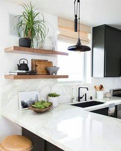[#Inspiração] Um bom dia com essa linda Cozinha ❤. Um charme essas prateleiras em madeira. Autor desconhecido.  #cozinha #kitchen #moveisplanejados #architecture #designdeinteriores #construtoratenda #apartamentopequeno #homeinspiration #homedesign #homedecor #bomdiaa