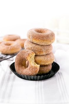 The softest and most addicting Snickerdoodle Donuts. Oh yeah, and they& baked! The softest and most addicting Snickerdoodle Donuts. Oh yeah, and theyre baked! Baked Blueberry Donuts, Baked Donuts, Doughnuts, Homade Donuts, Donut Recipes, Healthy Dessert Recipes, Easy Desserts, Healthy Donuts, Delicious Donuts