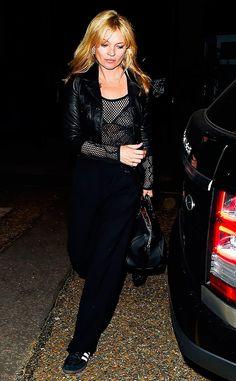 Kate Moss usa look total black com blusa transparente de renda preta, jaqueta de couro preta, calça e bolsa pretos e tênis adidas gazelle preto
