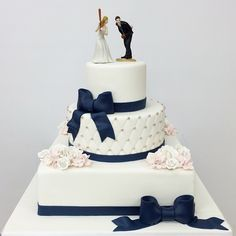 Classic cake, creative topper #carlosbakery