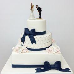 Classic cake, creative topper #carlosbakery