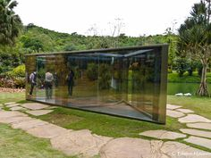 Inhotim: Dan Graham: Bisected triangle. Esta obra feita com vidros espelhados atrai a atenção do visitante com a mixagem dos reflexos do exterior com o das as pessoas em seu interior