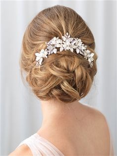 Bridal hair comb offers classic beauty in a unique design. Accented with pearls . - Bridal hair comb offers classic beauty in a unique design. Accented with pearls and rhinestones this piece shimmers effortlessly. Bridal Comb, Bridal Updo, Pearl Bridal, Medium Hair Styles, Natural Hair Styles, Short Hair Styles, Bijou Brigitte, Wedding Hair Pieces, Hair Wedding
