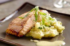Stoemp kan ook verfijnd zijn! Zoals in dit gerecht, waarbij er pastinaak en lekker veel kruiden bij de stoemp wordt gedaan, met daarbij zalm en beurre blanc.