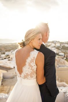 Wedding photo shoot in Pyrgos, Santorini #santoriniphotographer #santorini #greekisland #santoriniwedding #brideandgroom #evarendlphotography