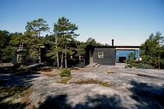 The black cabin Small Summer House, Roofing Options, Summer Cabins, New Interior Design, Black Exterior, Summer Dream, Scandinavian Home, Cabins In The Woods, Beach House Decor