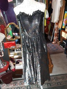 Härlig klänning från Gina Bacconi storlek 38. Dress that will stop traffic, dicko vibe looking like a 60s 70s dress gold lame silver lame.