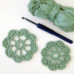 Two free patterns crochet flower.  http://www.deuxbrinsdemaille.com/blog/2013/06/02/sunday-crochet-two-free-patterns-crochet-flower/