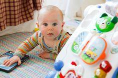 Bebê recém-nascido brinca no chão. Fotos de Bebês recém-nascidos