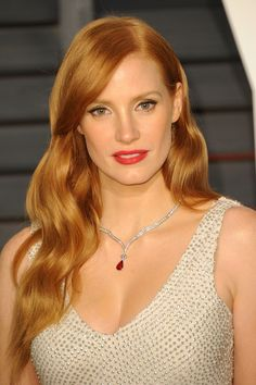 Pin for Later: Get Insider Access to Every Beauty Look From the Oscars Afterparties Jessica Chastain At the Vanity Fair Oscars party, Jessica played up her fiery red hair color with a red-orange lip color. Jessica Chastain, Fiery Red Hair, Short Red Hair, New Short Hairstyles, Trending Hairstyles, Beautiful Red Hair, Beautiful Redhead, Butter Blonde, Blond Ombre