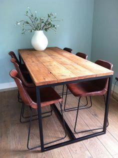 Sehr schön entwurfener Tisch aus Bauholz mit einem Untergestell aus Stahl.