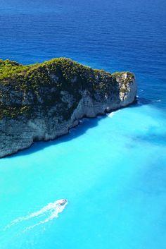 Een mooie plek om samen met je partner naartoe te gaan. Romantisch over het strand lopen, snorkelen, duiken of met een boot over het water varen. Genieten van de zon die nog zo lekker schijnt en die week in Zakynthos komt helemaal goed! Lekker Grieks eten, de verschillende kleuren blauwe zee zien of erop uit gaan en de bezienswaardigheden ontdekken. Inpakken en wegwezen! http://ticketspy.nl/deals/in-mei-ga-jij-met-5-all-inclusive-naar-zakynthos-va-e579/
