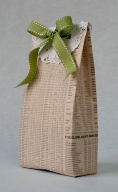 10 recycling & eco friendly gift wrapping ideas - Jane Means Recycled Christmas Gifts, Recycled Gifts, Handmade Christmas Decorations, Christmas Gift Wrapping, Christmas Presents, Friend Crafts, Gifts For Friends, Creative Gift Wrapping, Wrapping Ideas