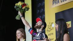 huGO-BildID: 47099645 Stage winner Germany's Simon Geschke celebrates on the podium of the seventeenth stage of the Tour de France cycling race over 161 kilometers (100 miles) with start in Digne-les-Bains and finish in Pra Loup, France, Wednesday, July 22, 2015. (AP Photo/Christophe Ena) Quelle: ap