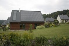 Domácnosti získali mesiac času naviac pre 3. kolo podpory na OZE. Využite získaný čas na výber zhotoviteľa a zariadenia na využívanie OZE  Mesiac času naviac na prípravu a výber zhotoviteľa a dotovaného zariadenia pre Obnoviteľné zdroje energie (OZE) získali domácnosti pri pripravovanom 3. kole prideľovania poukážok. SIEA (Slovenská inovačná a energetická agentúra) pôvodne ohlasovala spustenie 3. kola v druhej polovici júna 2016, teraz ho odsunula na júl 2016. Home Fashion, Shed, Outdoor Structures, Cabin, House Styles, Home Decor, Decoration Home, Room Decor, Cabins