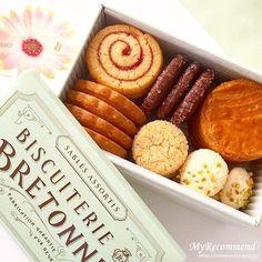 思わずパケ買いしちゃう!かわいいパッケージデザインのお菓子や、可愛くてお洒落なお菓子は、女性へのちょっとしたプレゼントやお礼、お返しのギフトにもぴったり。女友達や職場の同僚にも一目置かれる、プレゼントにもおすすめのセンスのいいおしゃれなお菓子をご紹介!通販やお取り寄せが可能な商品も掲載しています。 Cookie Gifts, Cookie Desserts, Sweet Desserts, Biscuits Packaging, Cookie Packaging, New Years Cookies, Good Bakery, Best Sweets, Tea Cakes