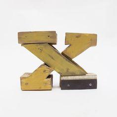 Letras de madera X estilo industrial  por PETULAPLAS